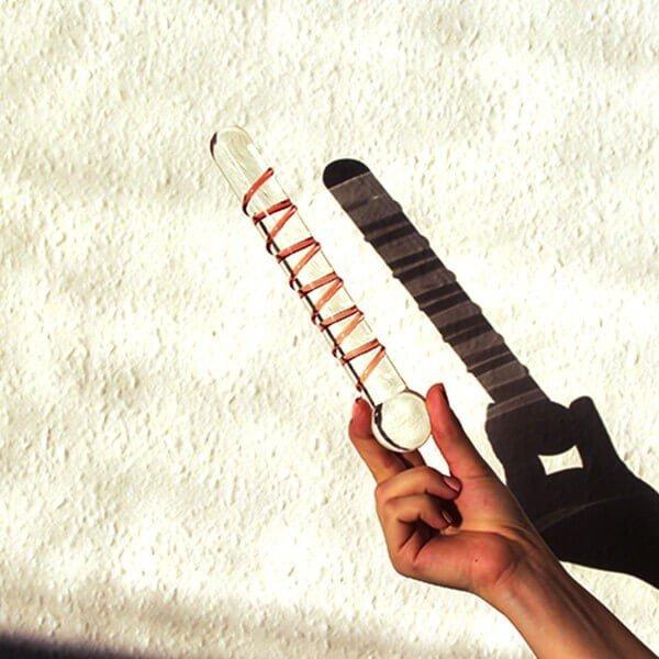 Long spiral glas dildo 21 cm holdes i hånden