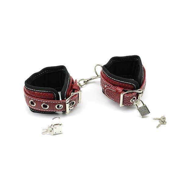 røde og sorte håndleds manchetter med lås fra safeword