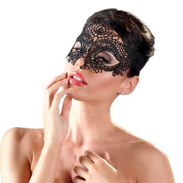 Broderet polyester maske fra cottelli på model